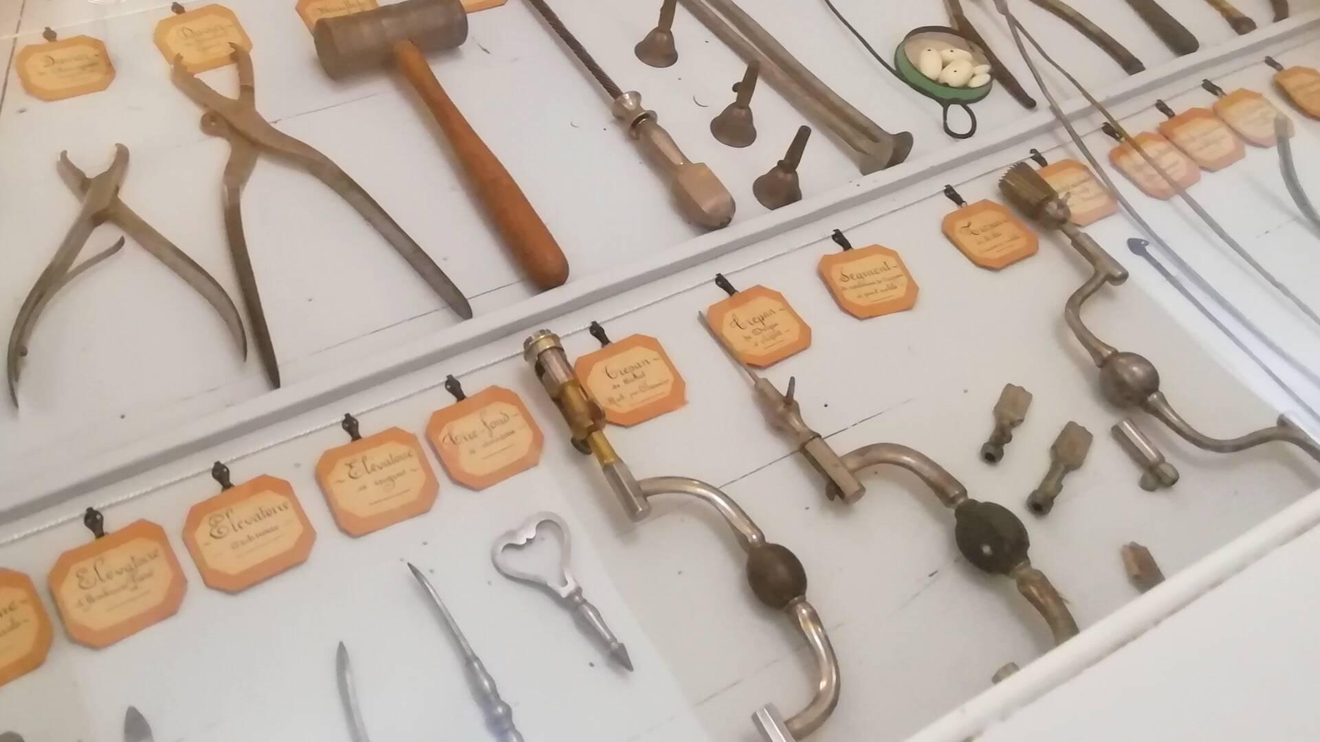 Près de 600 instruments de chirurgie