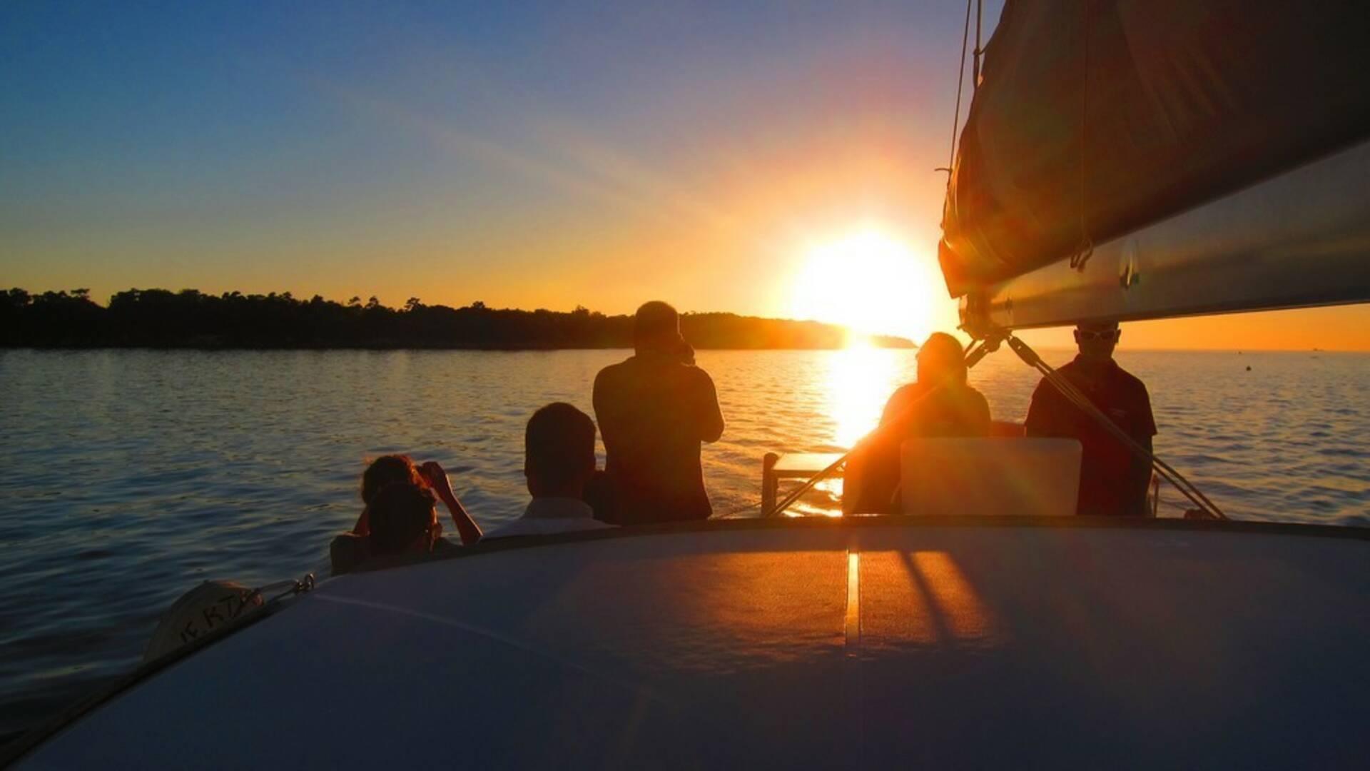 Coucher de soleil sur un catamaran