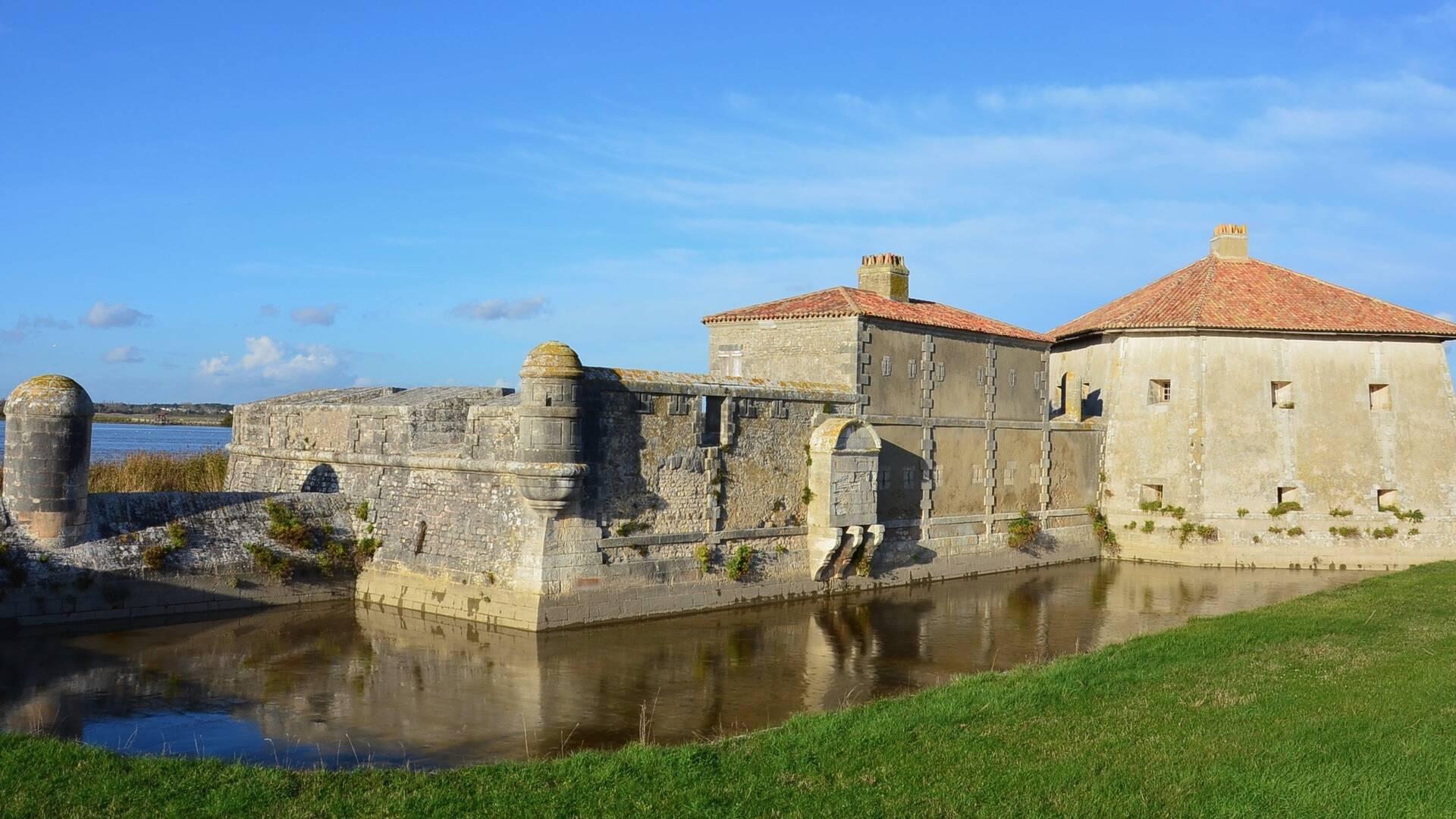 Nautisme, balade en voilier avec le Club Nautique Rochefortais le long du fort Lupin, Rochefort Océan