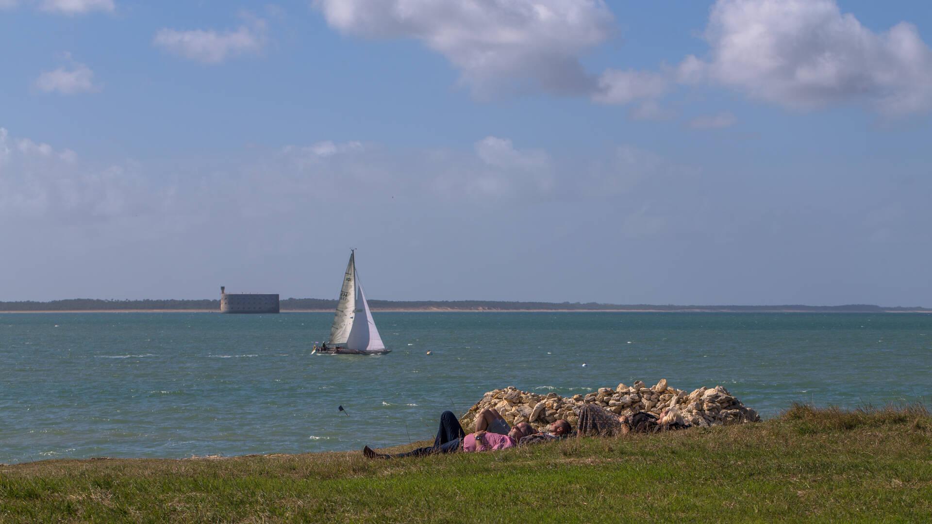 Voilier entre l'Ile d'Aix et le Fort Boyard