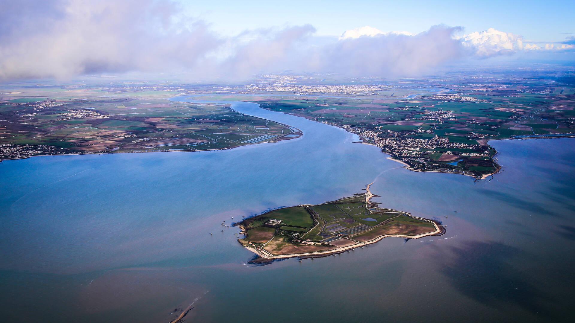 Le Fleuve Charente se jette dans l'océan entre Fouras-les-Bains et Port-des-Barques