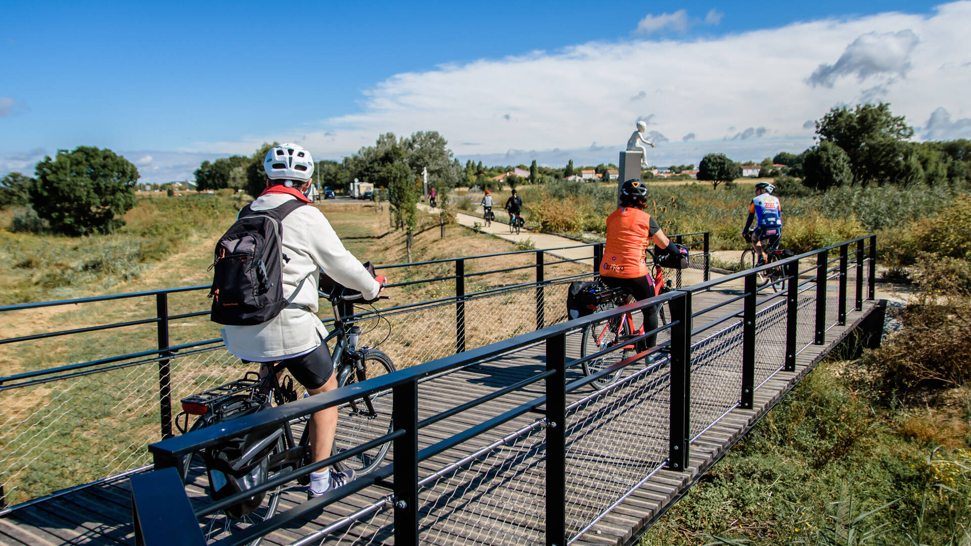 Cyclistes empruntant les chemins de Charente