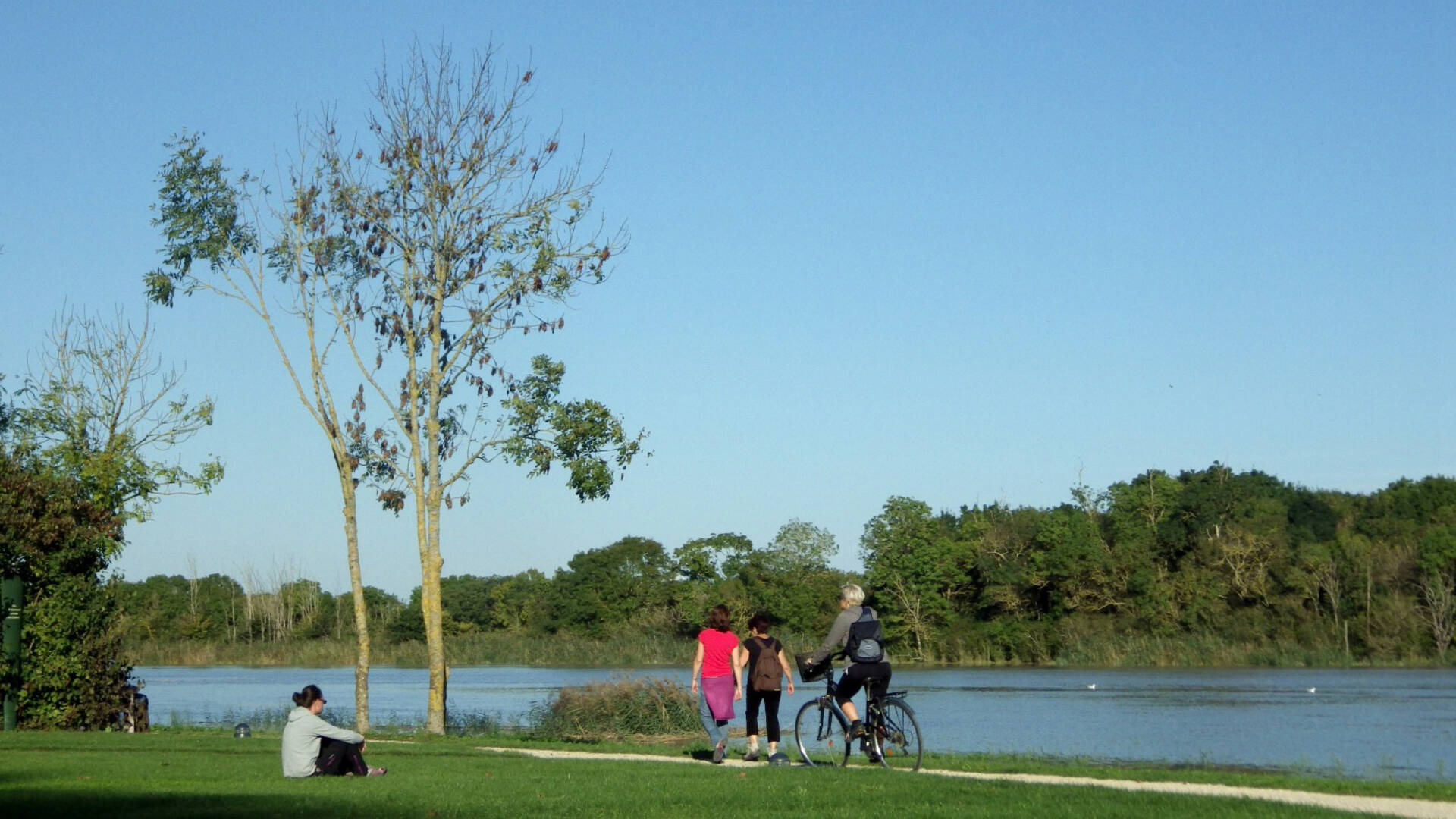 Bikers along the Charente River, in front of the Corderie Royale ©Office de Tourisme