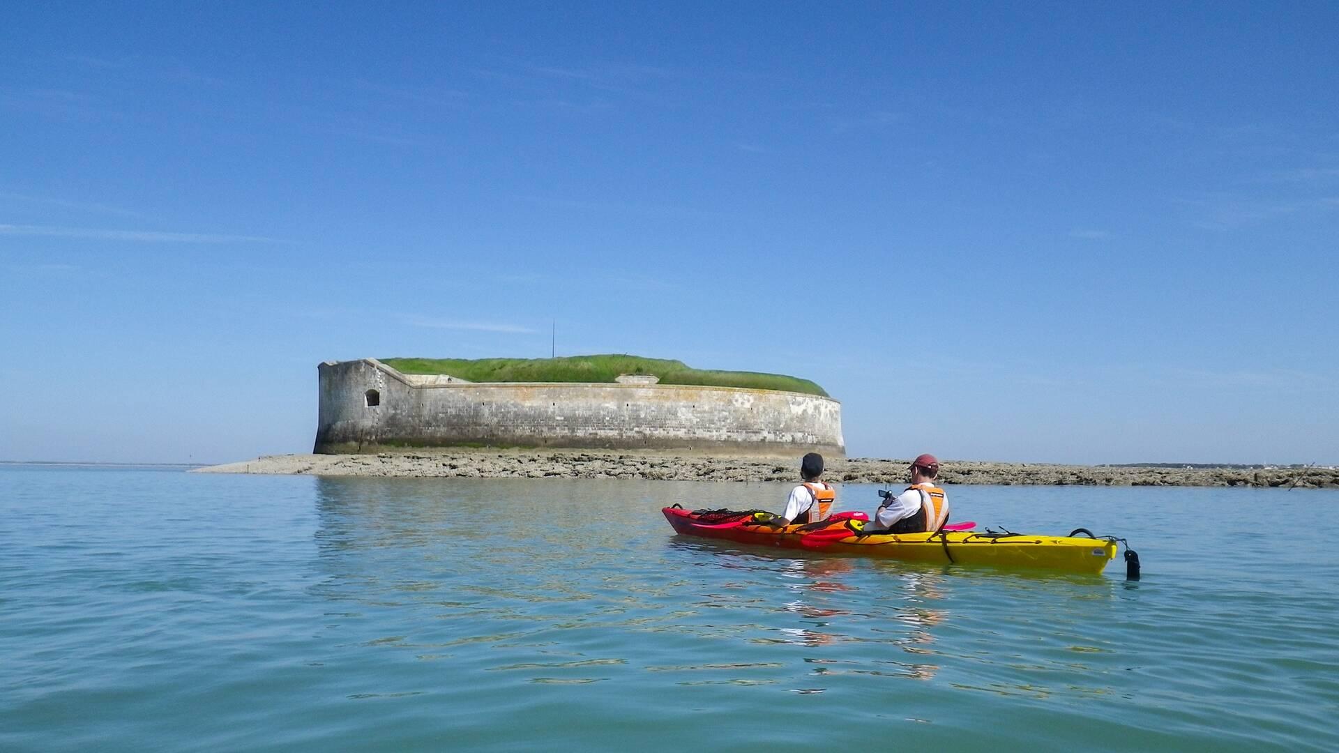 En kayak devant le Fort Enet
