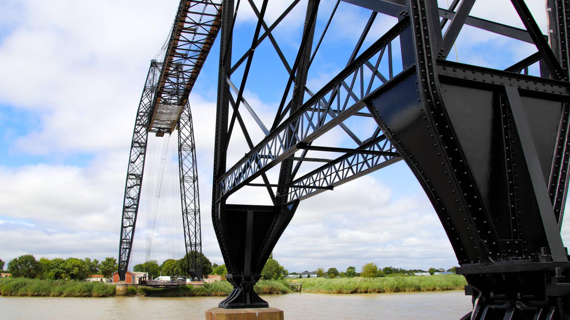 Au pied du Pont Transbordeur
