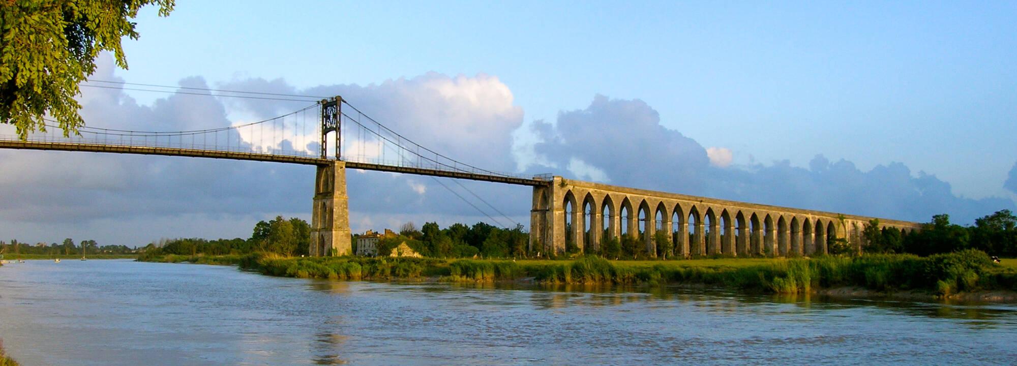 Pont suspendu de tonnay charente office de tourisme de - Piscine de tonnay charente ...