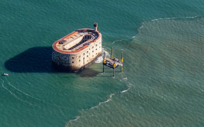 https://www.rochefort-ocean.com/sites/rochefort-ocean-tourisme/files/styles/laptop_rectangle/public/visuelpage/rochefort-ocean-fort-boyard-vue-aerienne_1.jpg?itok=3KLAugip