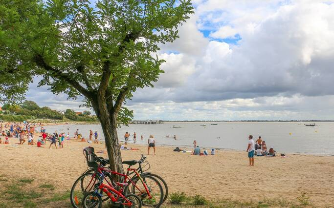 https://www.rochefort-ocean.com/sites/rochefort-ocean-tourisme/files/styles/laptop_rectangle/public/visuelpage/rochefort-ocean-fouras-plage-sud-velo1cjuliepaulet-otrochefortocean.jpg?itok=riiQW0lT