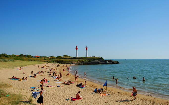 https://www.rochefort-ocean.com/sites/rochefort-ocean-tourisme/files/styles/laptop_rectangle/public/visuelpage/rochefort-ocean-ile-aix-plage-phare.jpg?itok=2eqjNlZX