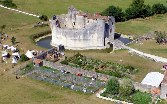 St Jean d'Angle, le château médiéval