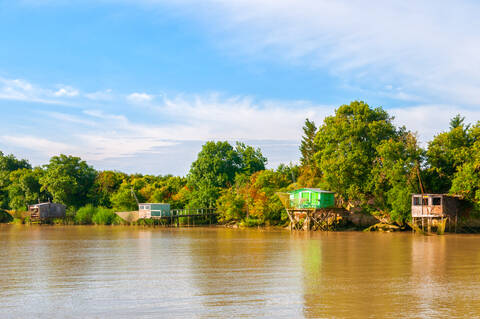 Carrelets le long du fleuve Charente - © Vincent Edwell