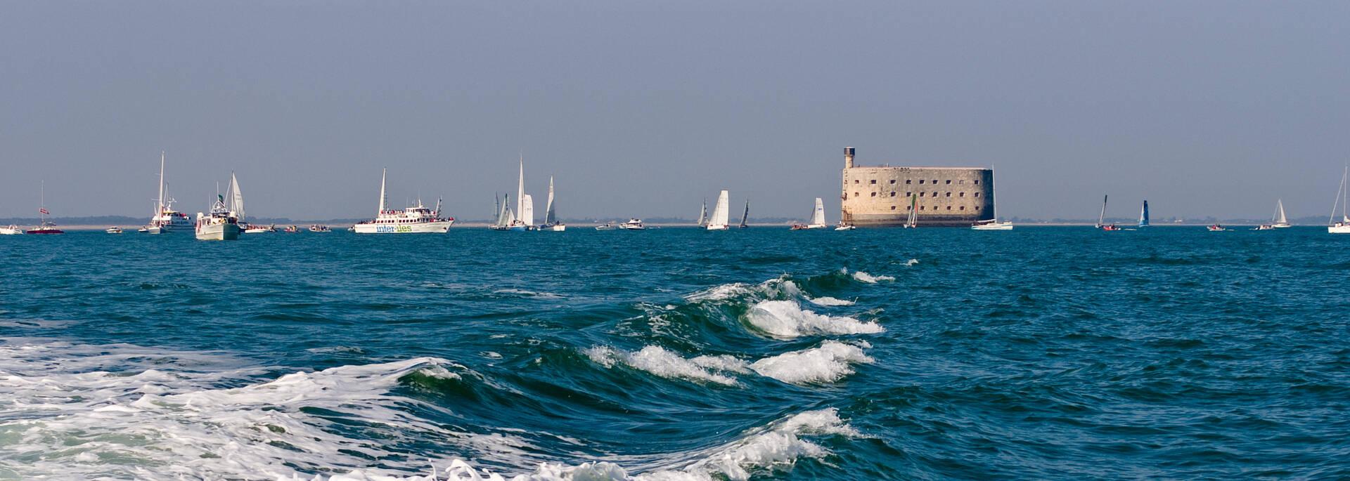 Bateaux de croisière qui contournent le Fort Boyard - © Pascal Robin