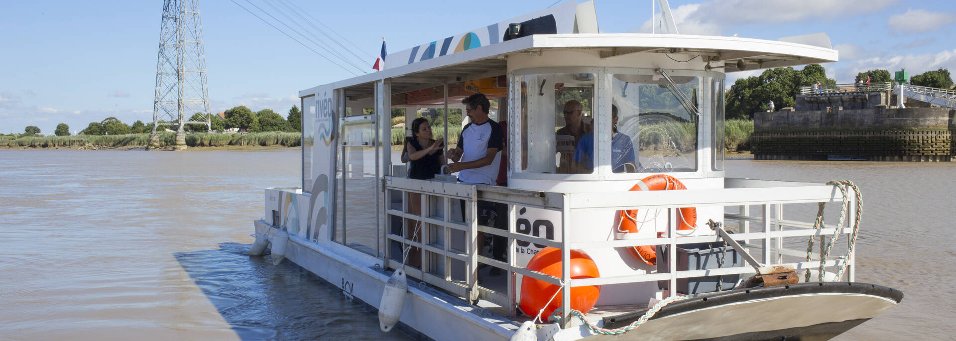 Cross the Charente river on a river boat for Rochefort-Echillais or Rochefort-Soubise - © Simon David