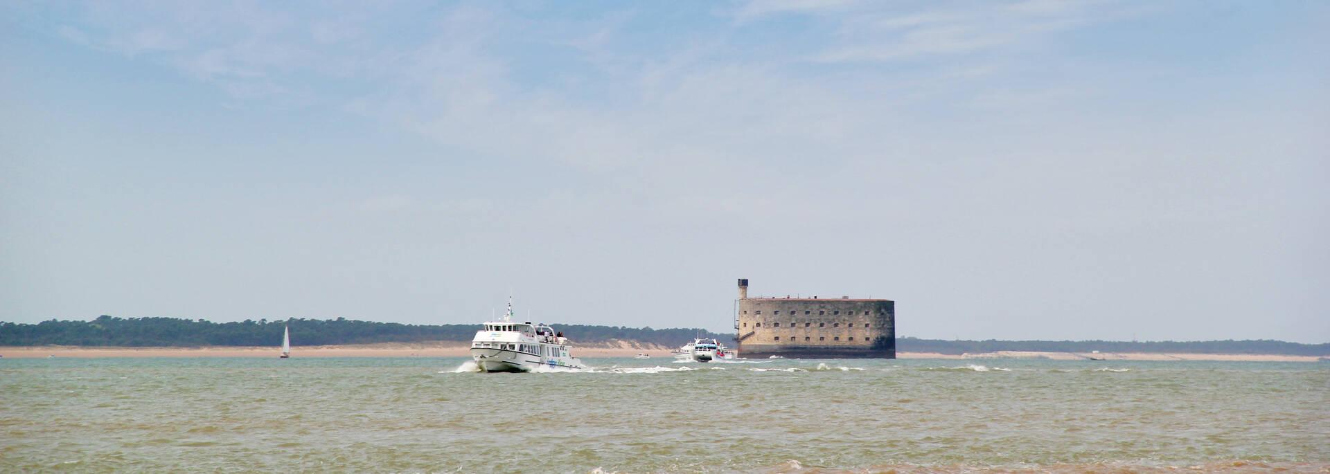 Depuis Fouras ou Port des Barques, embarquez pour une croisière autour du Fort Boyard - © Office de tourisme rochefort Océan