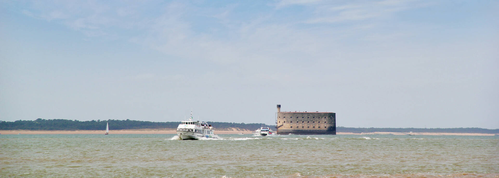 From Fouras, Rochefort or Port-des-Barques, embark on a cruise to Aix Island and cross roads with the Fort Boyard - © Office de tourisme rochefort Océan