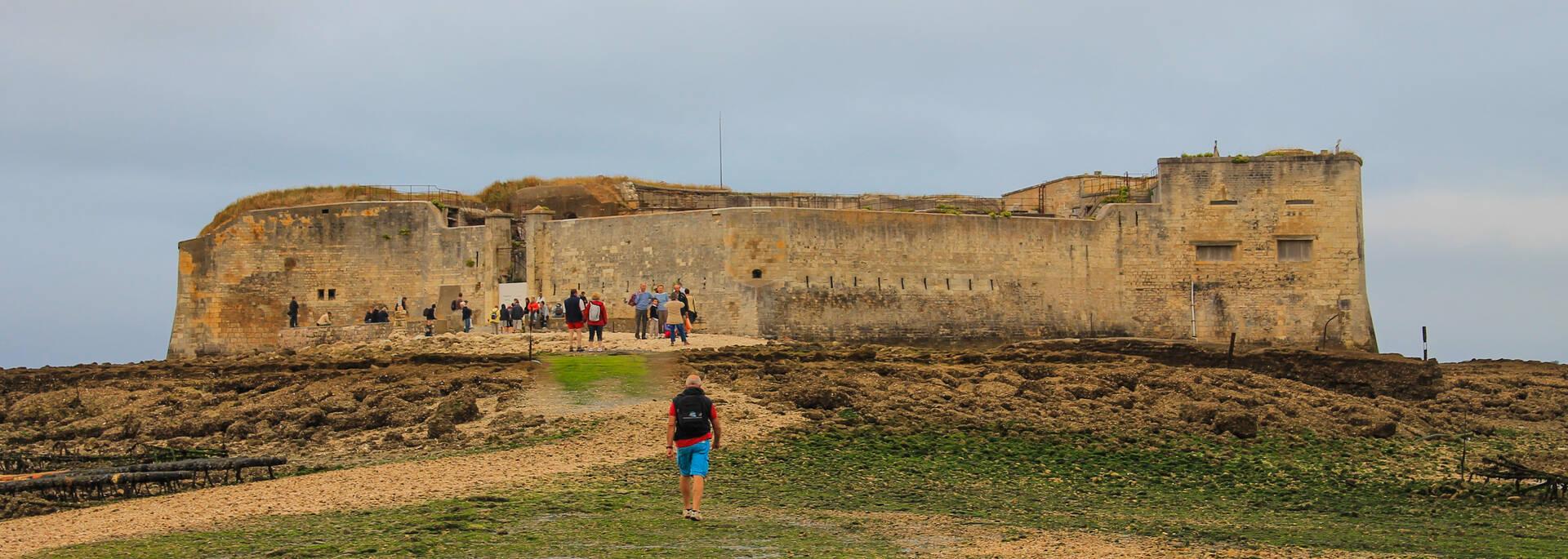 Passe d'Enet pour accéder au Fort à marée basse - © Dominique Droin