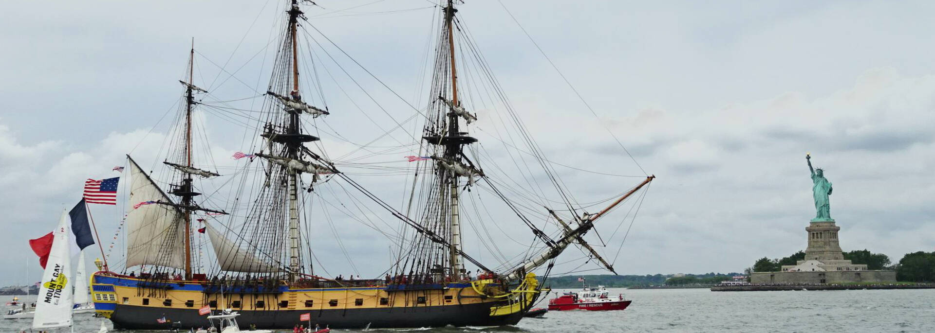 The Hermione in front of the Statue of Liberty - © Office de tourisme Rochefort Océan