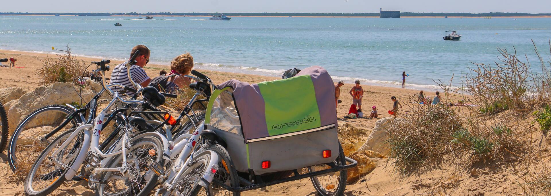 Pause vélo à l'île d'Aix, face au Fort Boyard  -© Office de tourisme Rochefort Océan