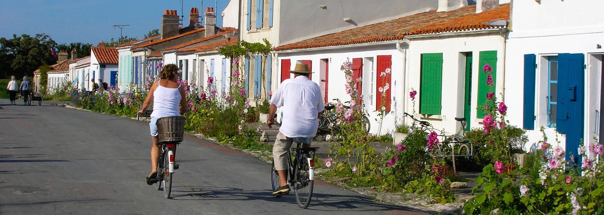 Village aux volets colorés de l'île d'Aix, bordé de roses trémières - © Samuel Courtois