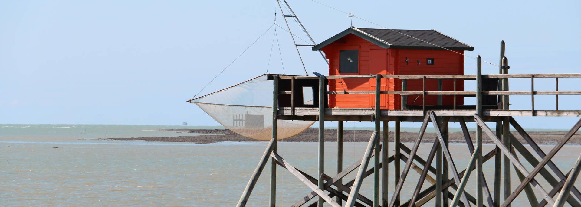 Le fort boyard pris dans les filets du carrelet rouge de l'île Madame - © Office de tourisme Rochefort océan