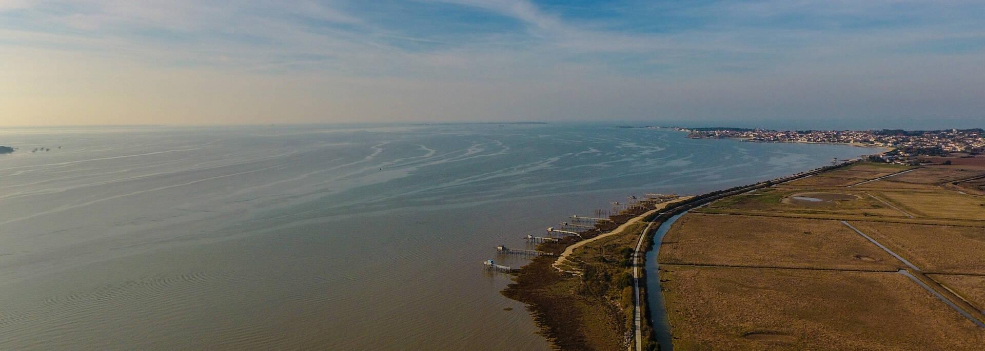 Vue aérienne du chemin de l'estuaire de la Charente avec Fouras-les-Bains en arrière plan - © Images & Émotion