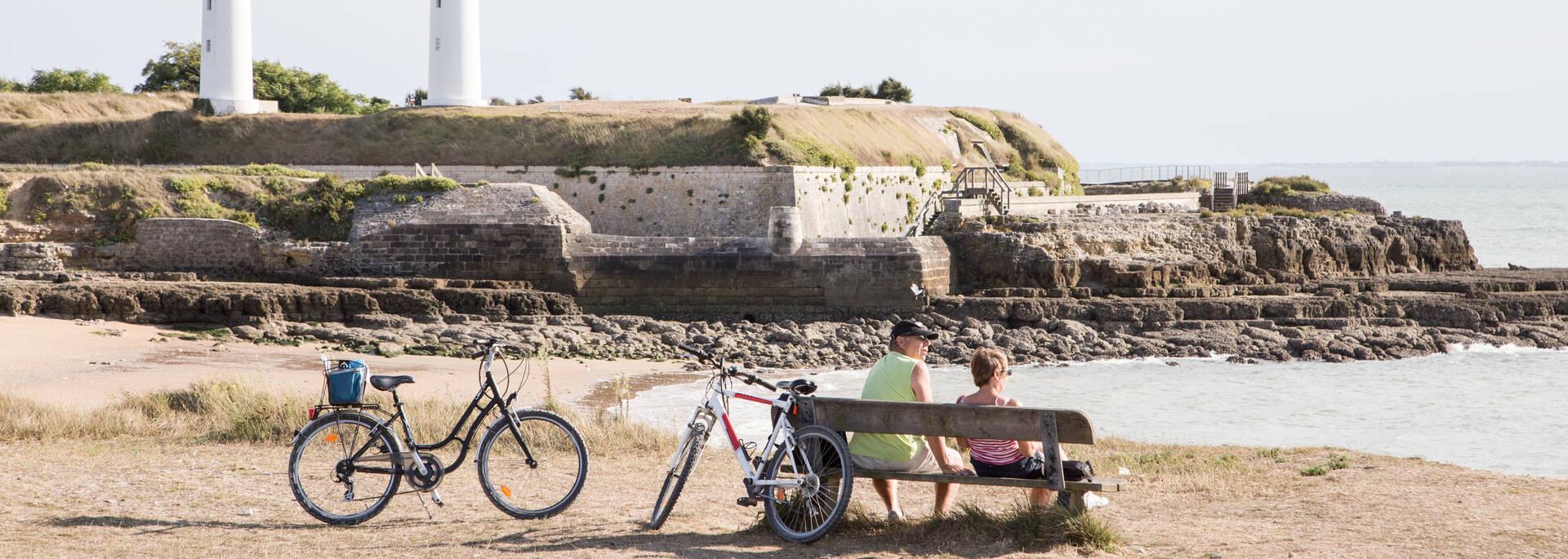 Pause pour les cyclistes de l'île d'Aix : on profite du panorama sur Fort Boyard - © Vïven