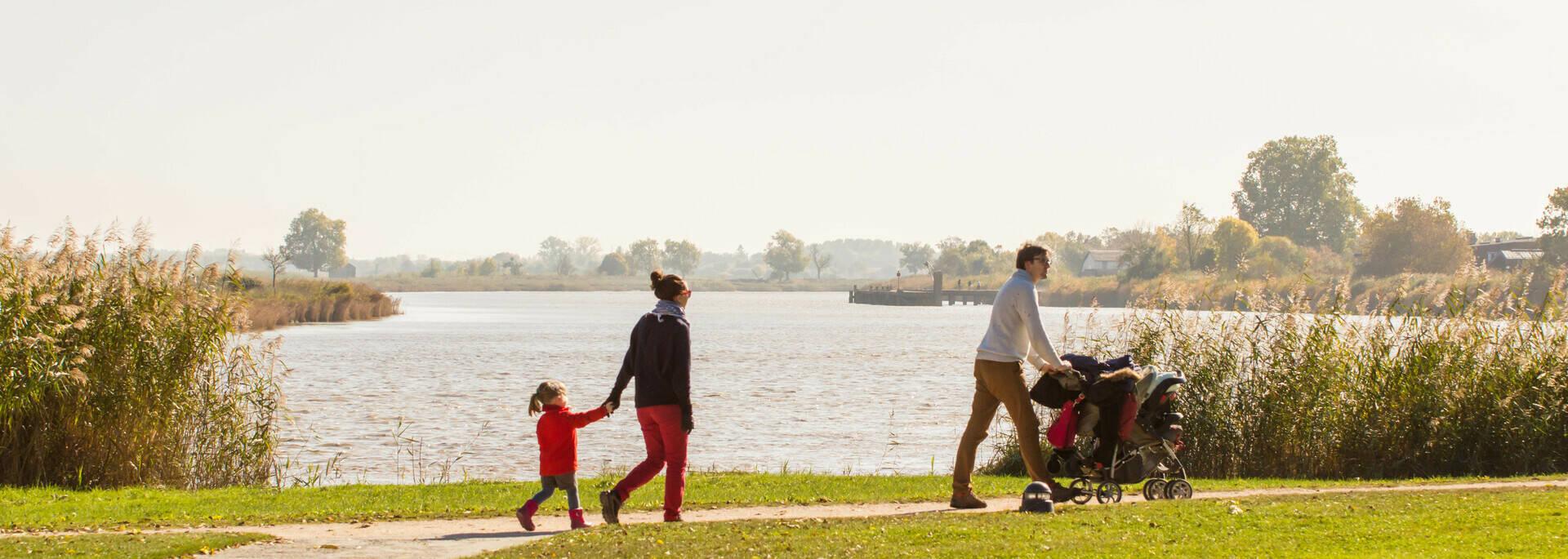 Famille en promenade à pied le long de la Charente - © Laurent Pétillon