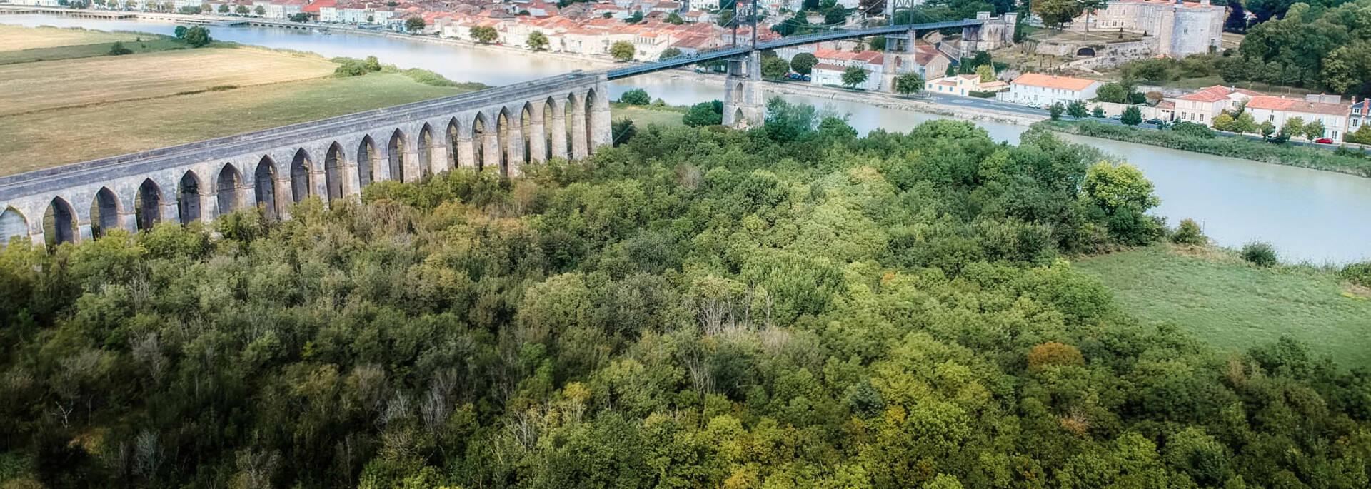 Vue aérienne de la Charente et du Pont de Tonnay-Charente Les carrelets longent le fleuve de la Charente  ©L.Pétillon