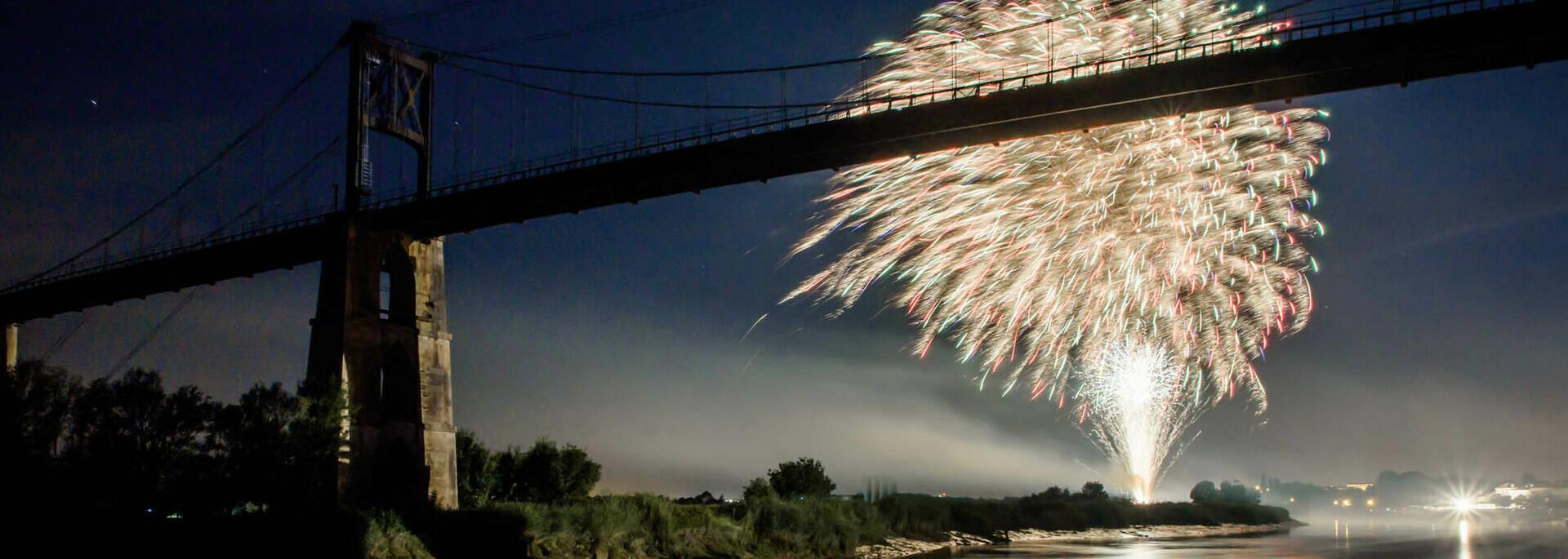 Grand feu d'artifice pour Tonnay fête sa Charente le  14 juillet © L.Pétillon