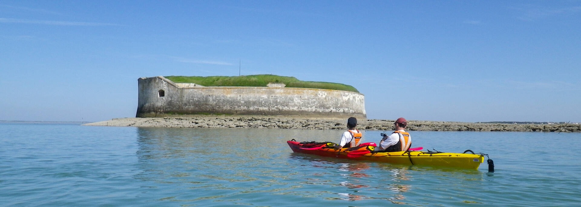 Outing on the sea near the Fort Enet in Fouras-les-Bains -© Antioche Kayak