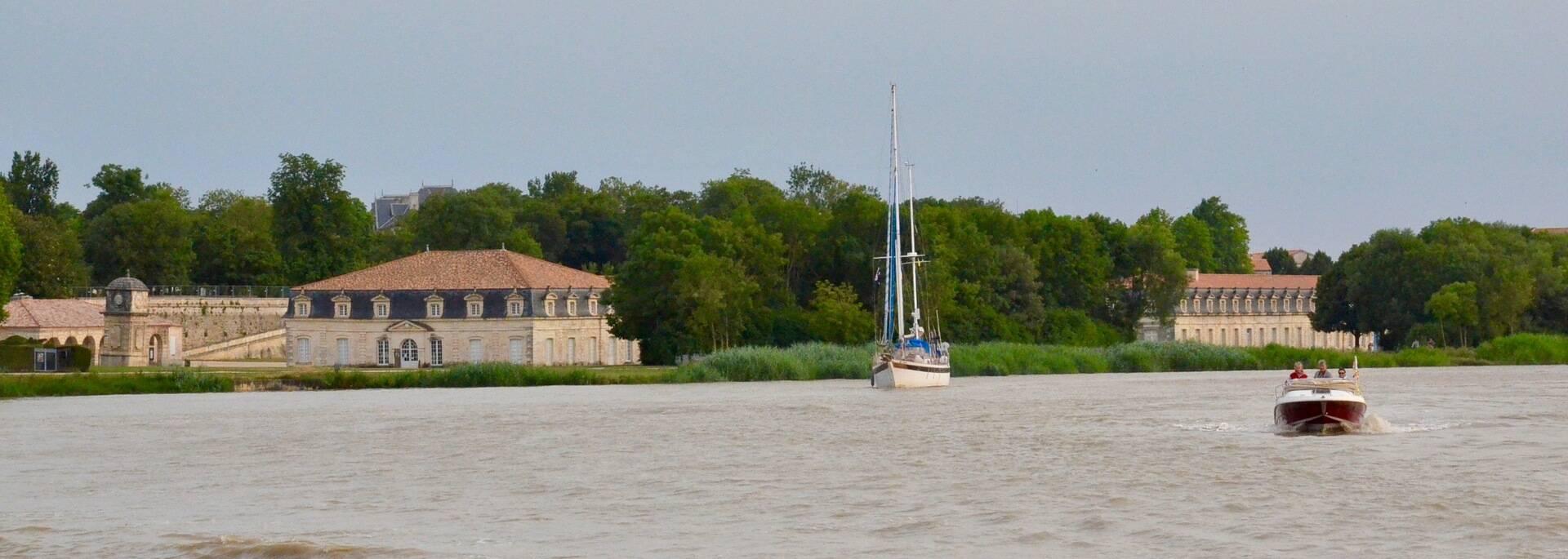 L'arsenal de Rochefort se découvre aussi en longeant le fleuve Charente - © Samuel Courtois