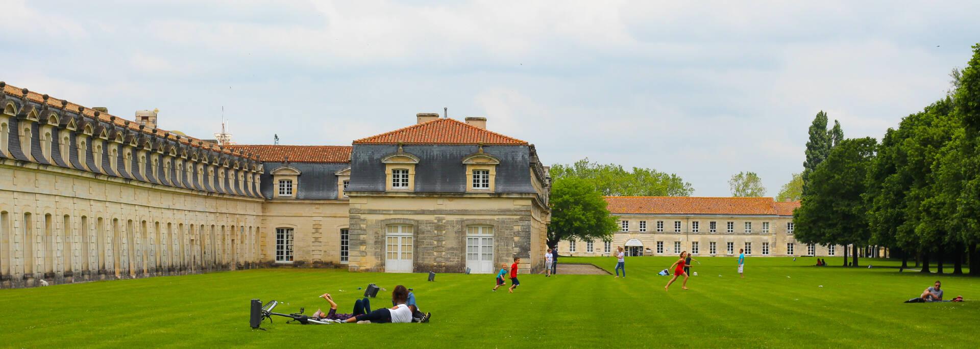 Espace de détente dans les jardins de la Corderie Royale à Rochefort - © Office de tourisme Rochefort Océan