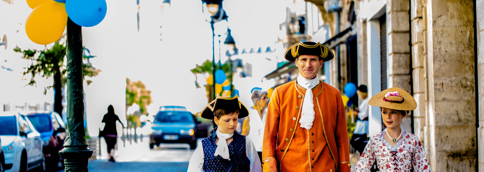 People in historical clothing, Rochefort, end of August - © Images & Emotion