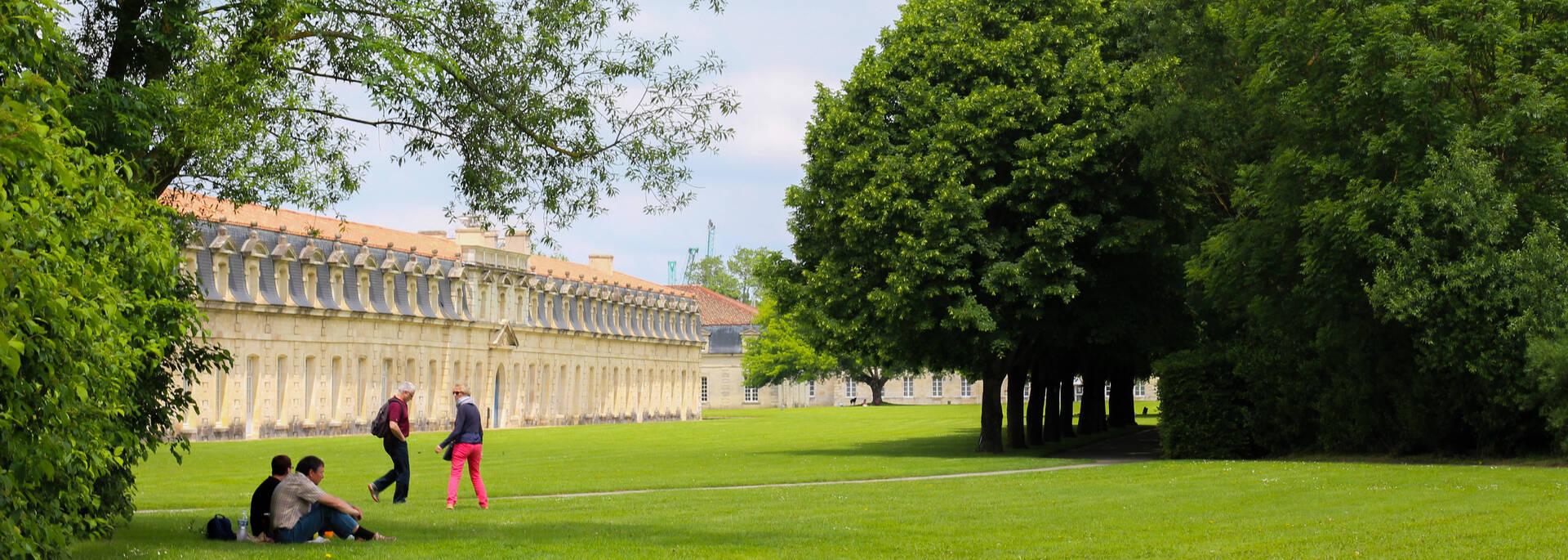 Invitation à la promenade et à la détente dans les jardins de la Corderie Royale à Rochefort - © Office de tourisme Rochefort Océan