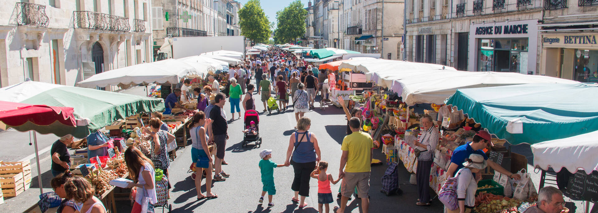 Le marché en plein coeur de ville est le rendez-vous incontournable des épicuriens - © David Compain - Ville de Rochefort