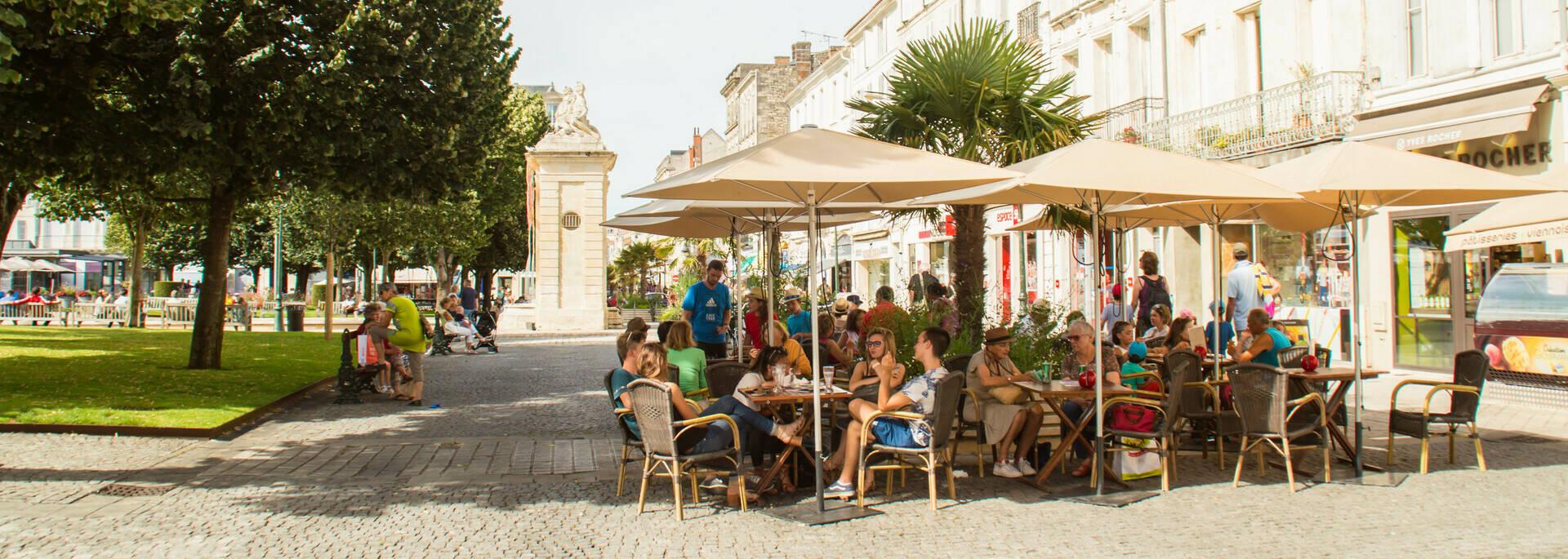 Boire un verre en terrasse et flâner Place Colbert à Rochefort - © Laurent Pétillon