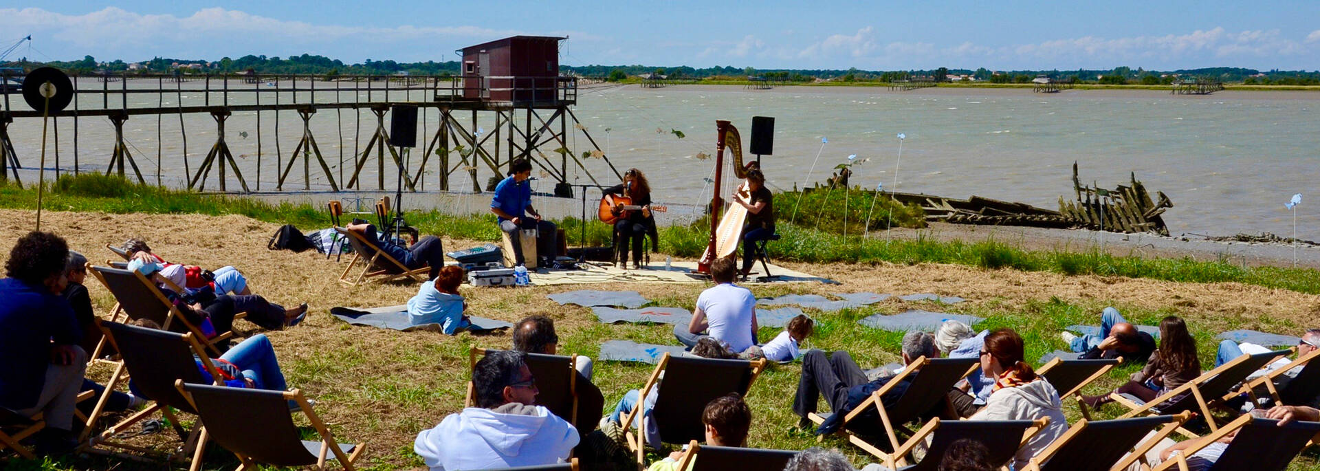 Musical show next to a fishing hut in Port-des-Barques - © Samuel Courtois
