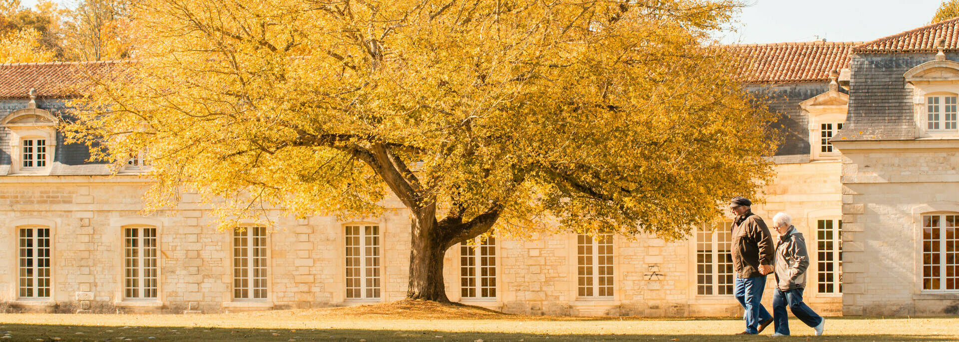 Les sentiers de l'arsenal à pied le long de la Corderie Royale à Rochefort - © Laurent Pétillon