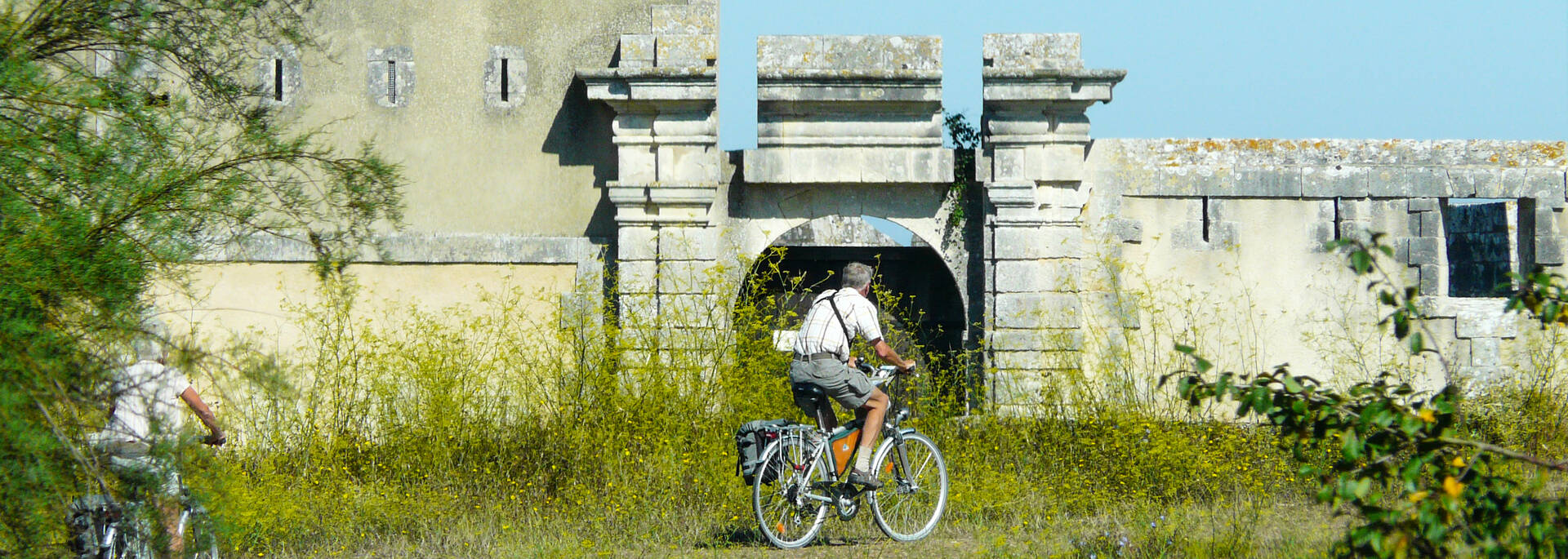 Les sentiers de l'arsenal devant le fort Lupin - © Maison Sud Charente