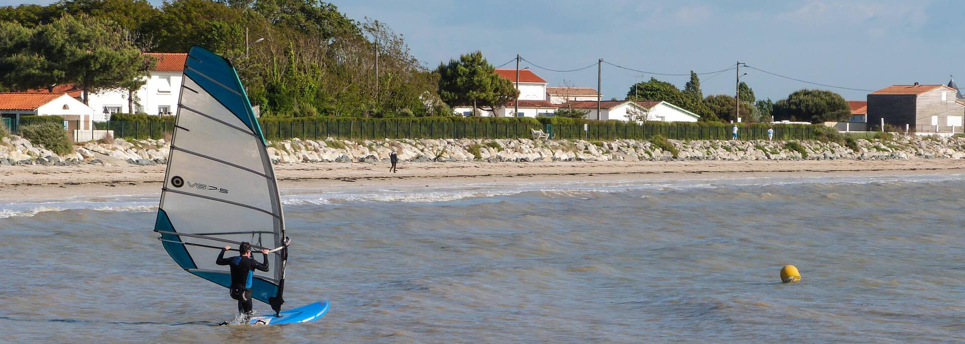 Pratique de la planche à voile à la plage de l'Espérance de Fouras - © Office de tourisme Rochefort Océan