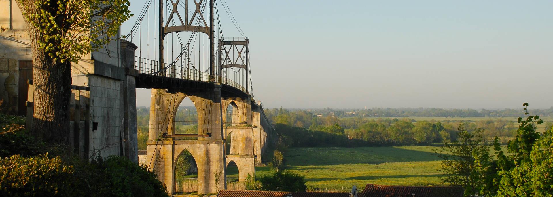 Pont Suspendu et campagne environnante de Tonnay-Charente - ©  Dominique Szatrowski - Fotolia
