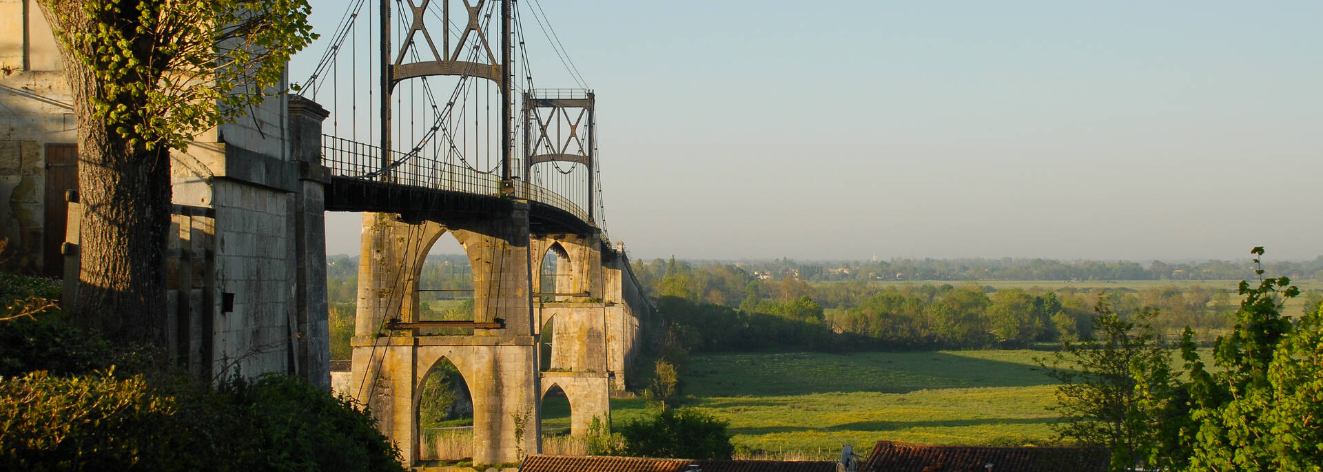 Suspended bridge in Tonnay-Charente - ©  Dominique Szatrowski - Fotolia