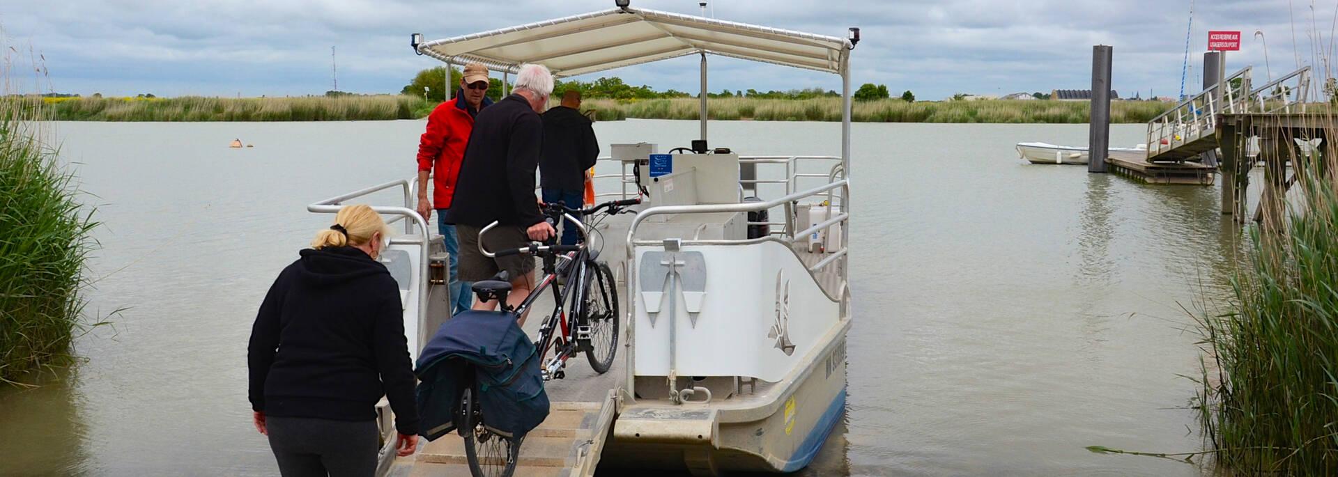 Cyclistes à bord de la navette pour traverser la Charente - © Samuel Courtois
