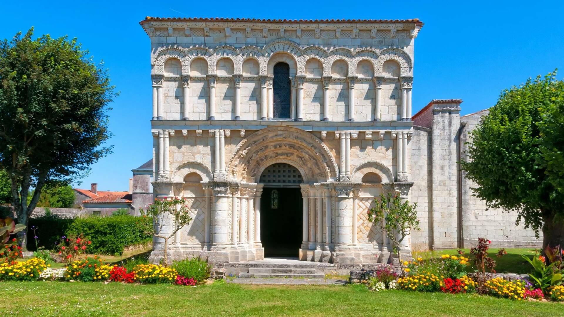 Die romanische Kirche Notre Dame de l'Assomption in Échillais - © Vincent Edwell