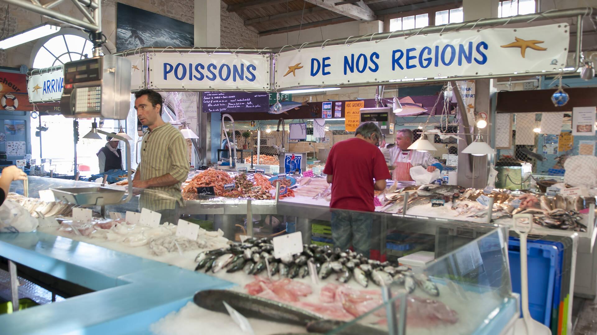 Halle aux poissons et fruits de mer ouverte tous les matins, toute l'année, dans la rue piétonne de Fouras-les-Bains - © Marie-Françoise Boufflet