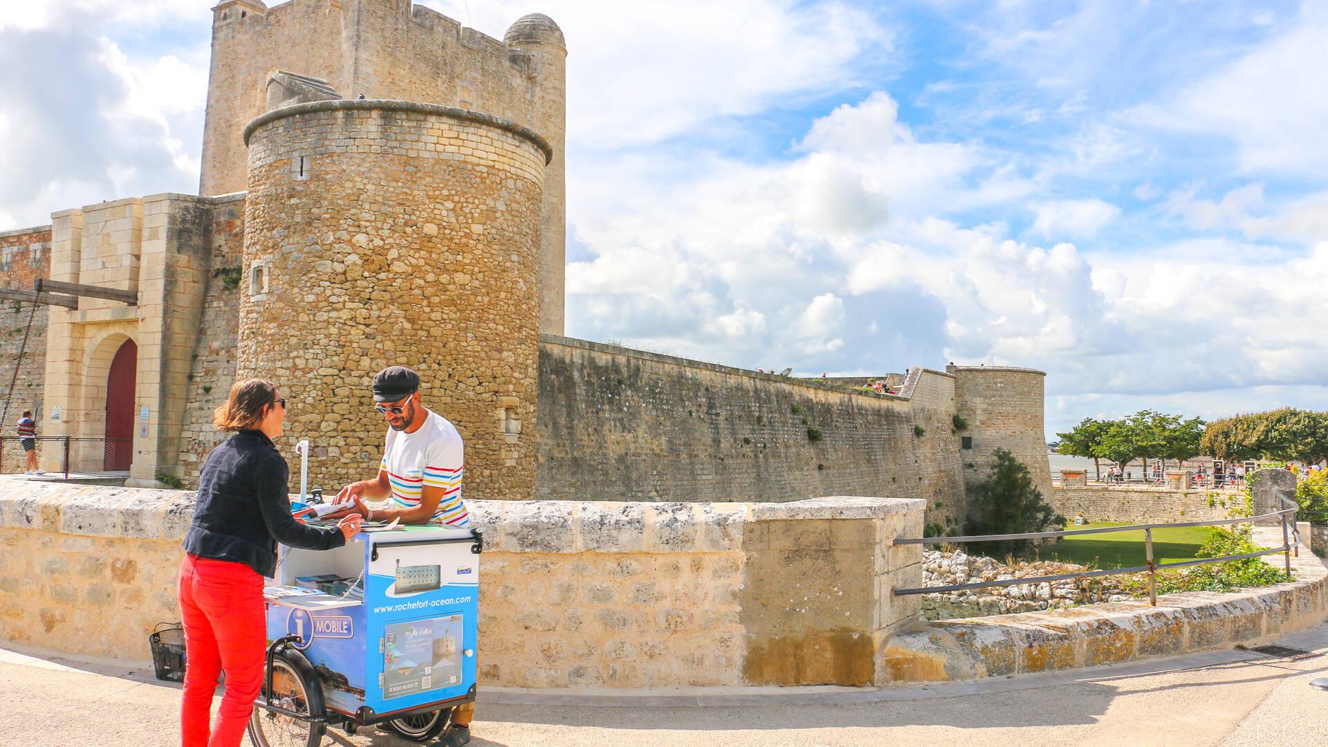 Notre Capt'ain Trotteur devant le fort Vauban à Fouras - © Office de tourisme Rochefort Océan