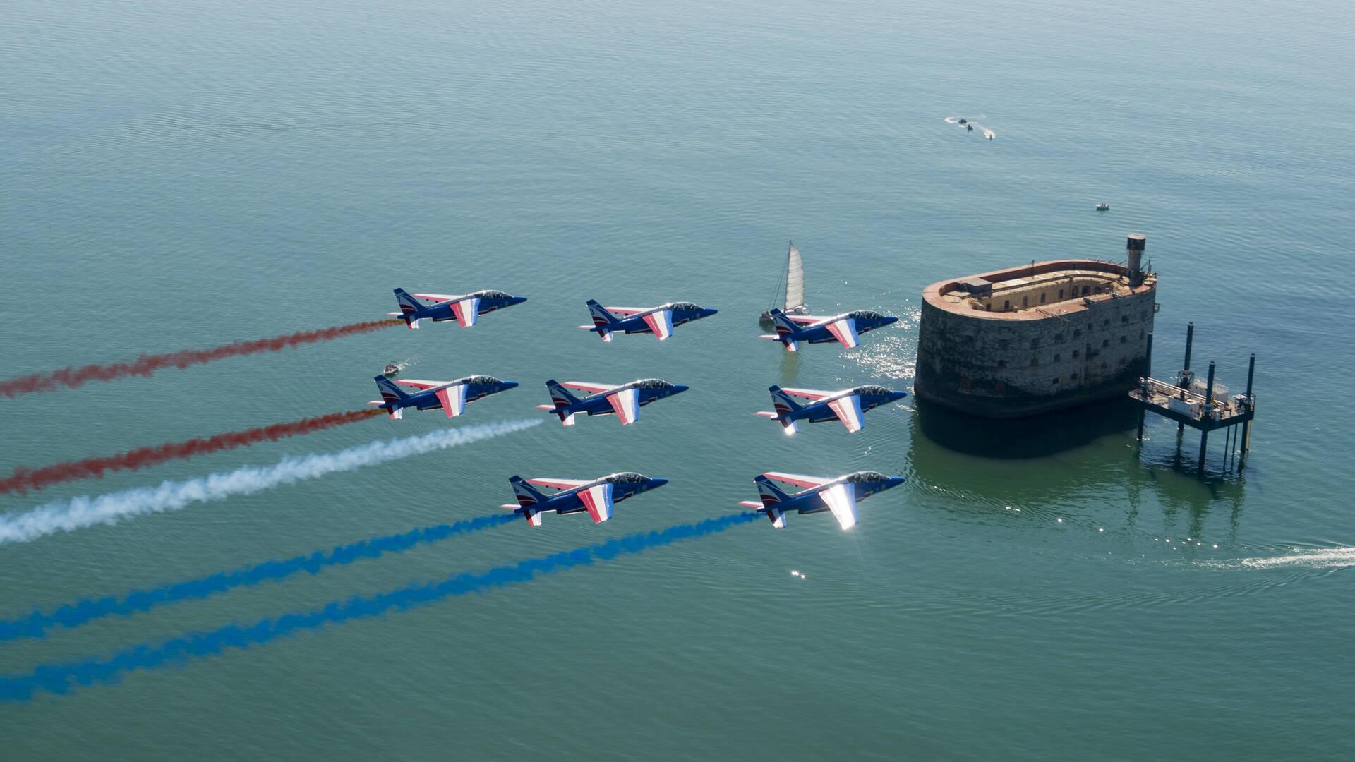 Vue aérienne de Fort Boyard patrouille de France © J.Montreuil