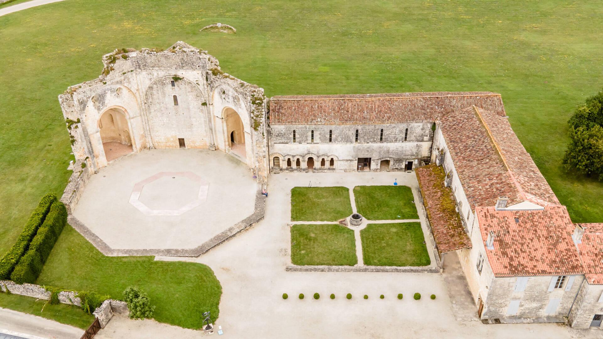 Abbaye de Trizay ©L.Pétillon