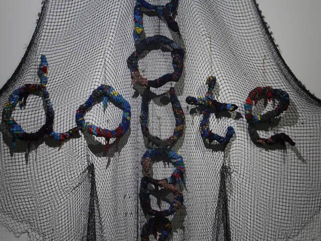 Corps de corde : oeuvre d'art contemporain de Annette Messager © Office de Tourisme Rochefort Océan