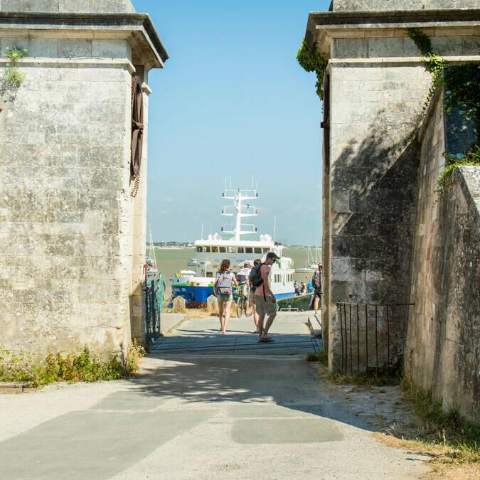 Porte de l'île d'Aix vers le bac et bateaux de croisières - © Laurent Pétillon